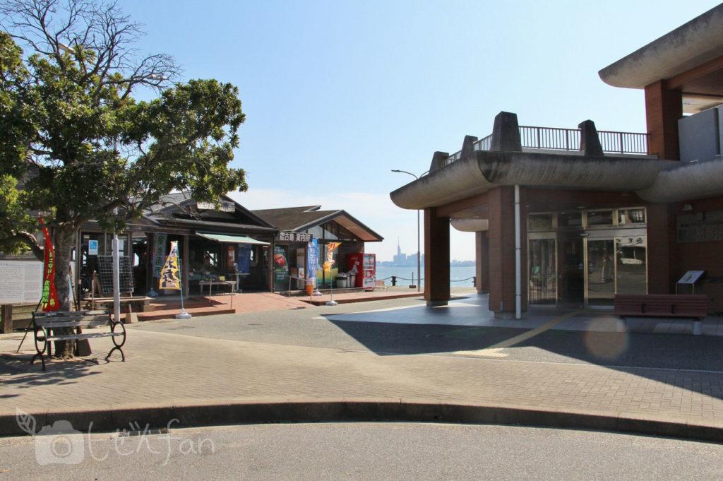 能古渡船場と能古島案内所外観