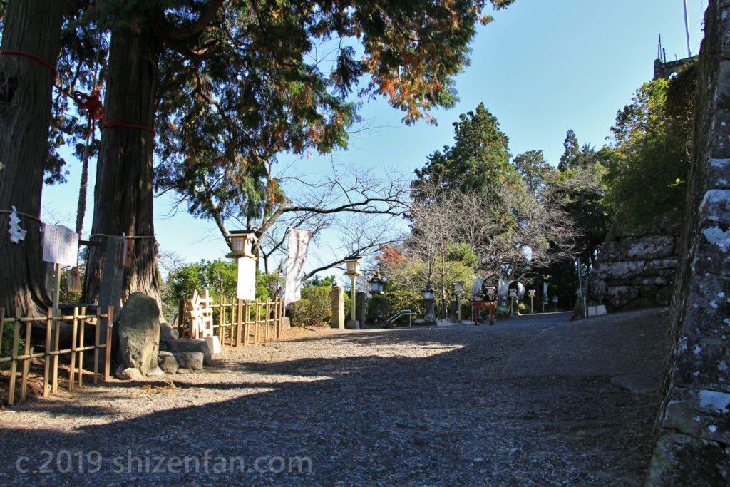 武雄神社前の坂