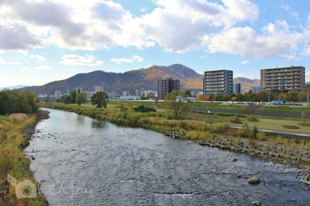 幌平橋から見る秋の豊平川と藻岩山