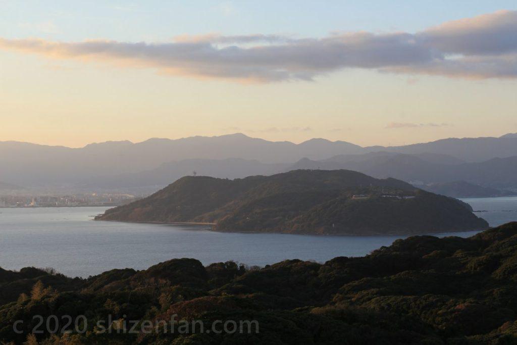 志賀島潮見公園展望台から望む朝の能古島
