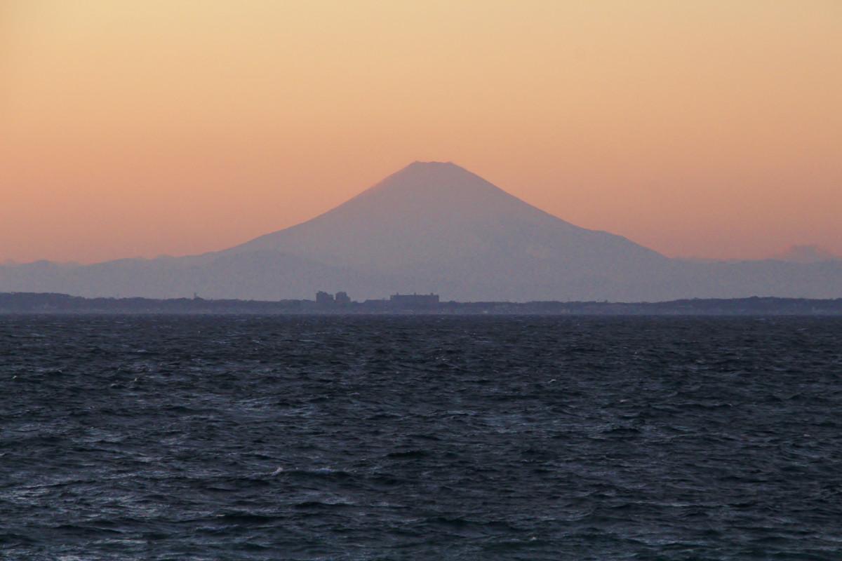 房総半島から望む夕暮れ時の富士山