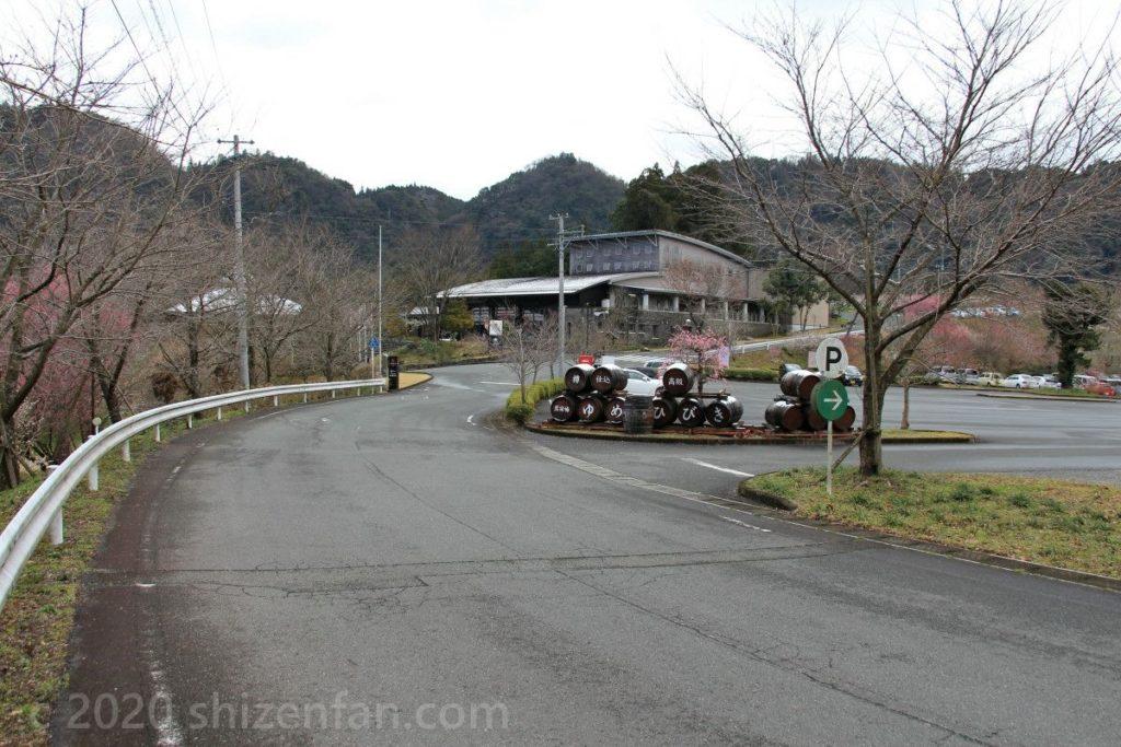 日田大山おおくぼ台梅園・梅酒蔵おおやまの駐車場入口