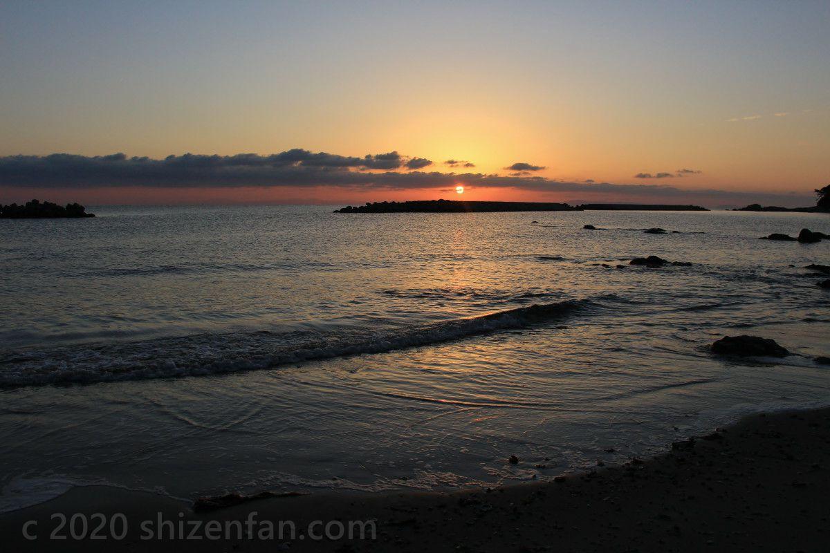 国東半島・黒津崎海岸に昇る朝日