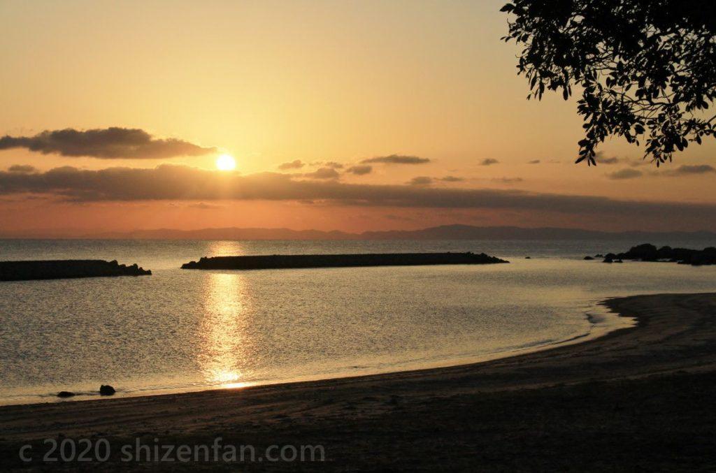 朝日と朝焼けに染まる国東半島・黒津崎海岸