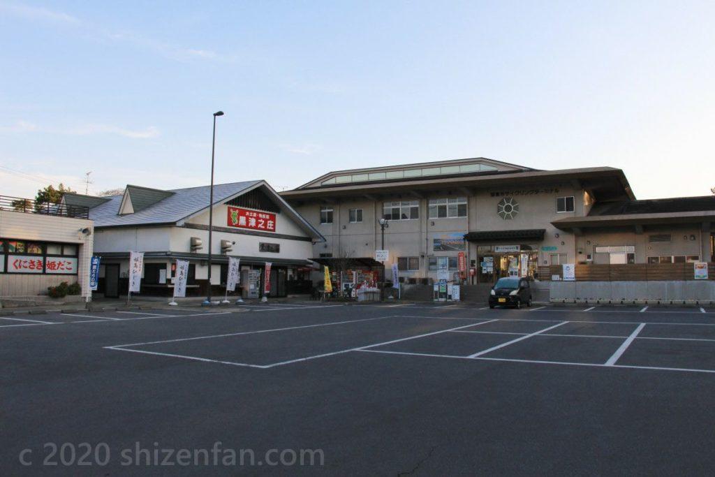 道の駅くにさき外観と駐車場