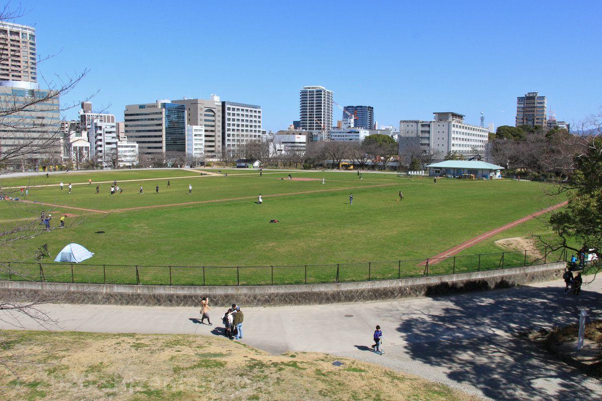 平和台球場跡・鴻臚館広場全景
