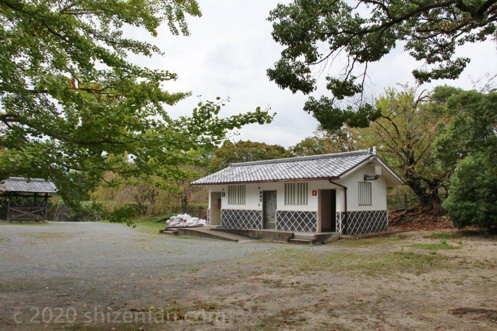 福岡城址本丸広場のトイレ外観