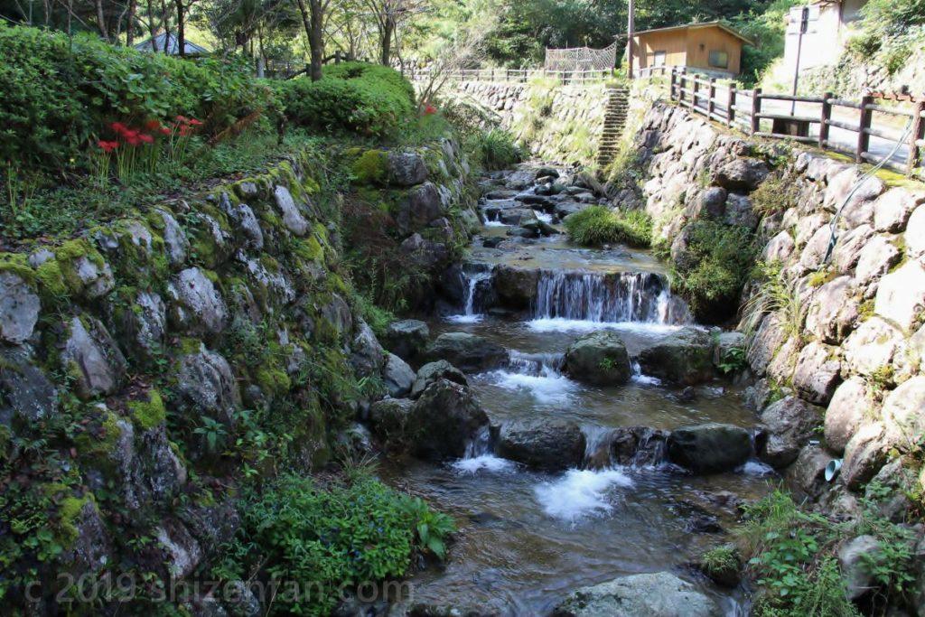 日本一の石段(釈迦院御坂遊歩道)入口横の川