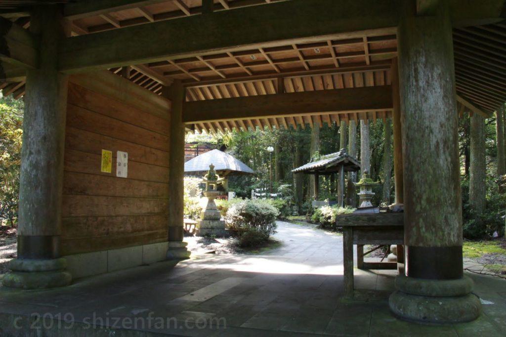 日本一の石段(釈迦院御坂遊歩道)100段と200段の間にある大きな門