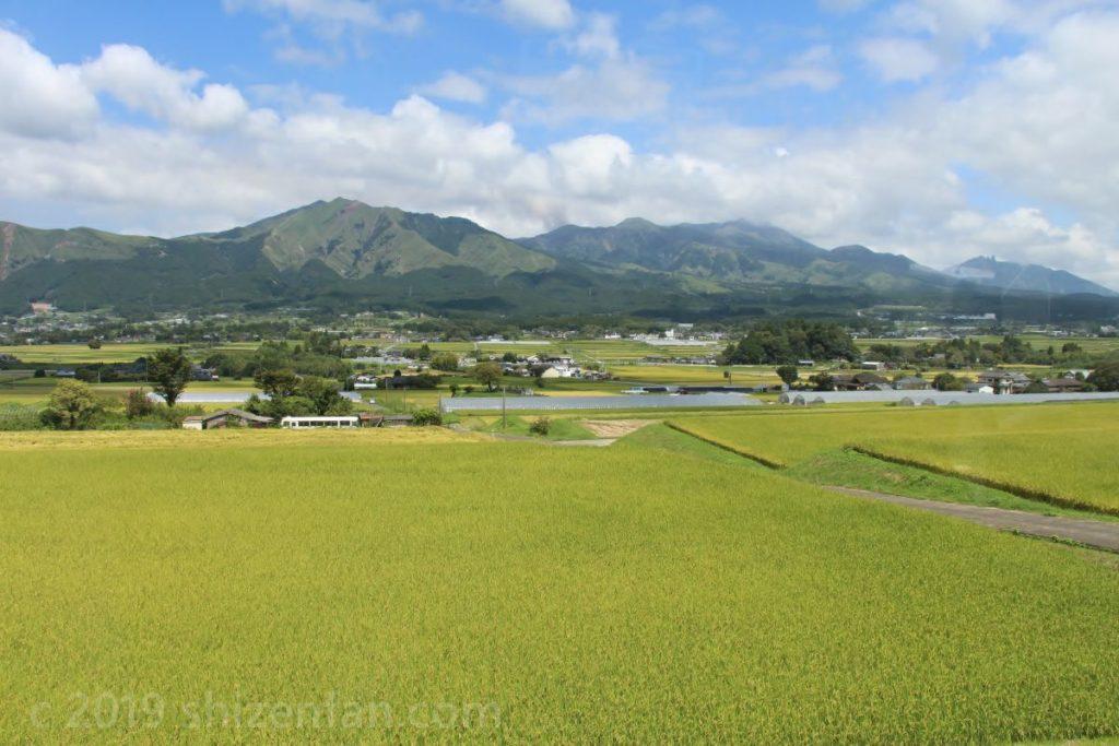 田園越しの阿蘇の山並み(9月)