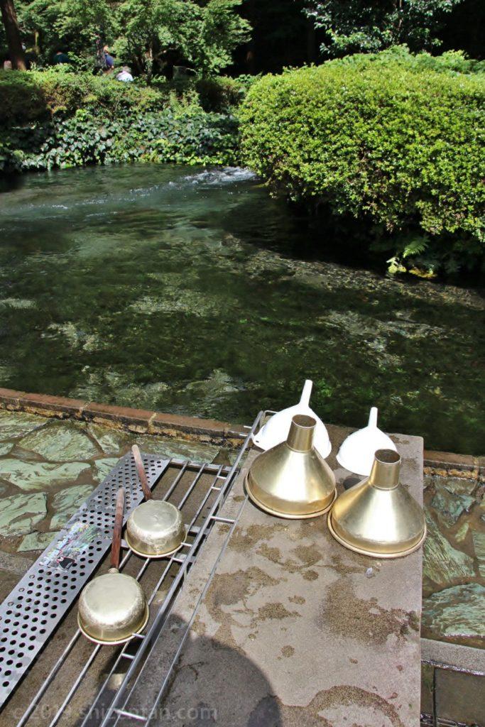 白川水源の水汲み場の様子