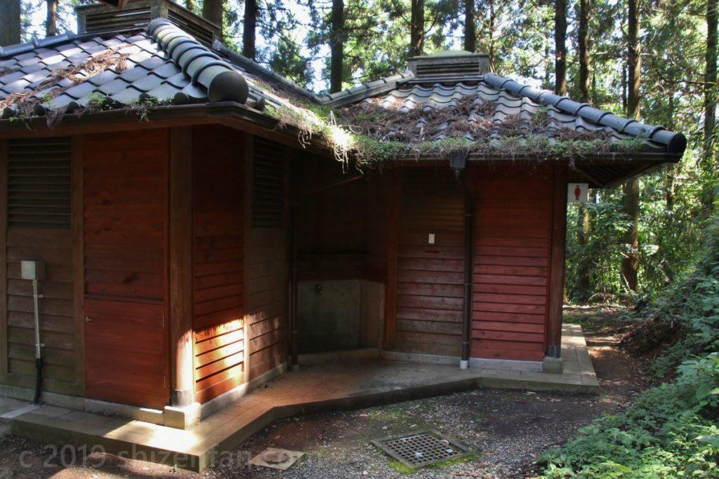 日本一の石段1700段目付近のバイオトイレ