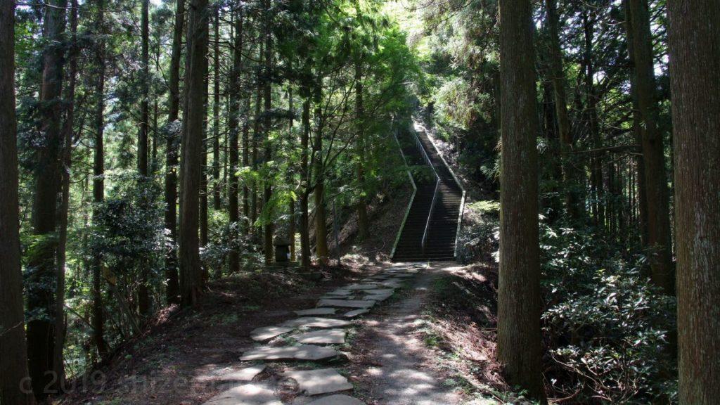 日本一の石段(釈迦院御坂遊歩道)1800段目と1900段目の間