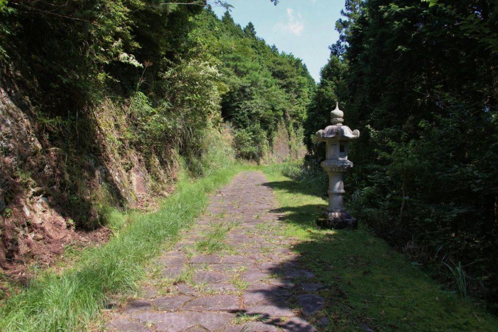 日本一の石段(釈迦院御坂遊歩道)頂上の東屋から釈迦院への参道