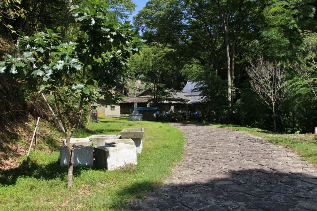 日本一の石段(釈迦院御坂遊歩道)頂上東屋から釈迦院への参道