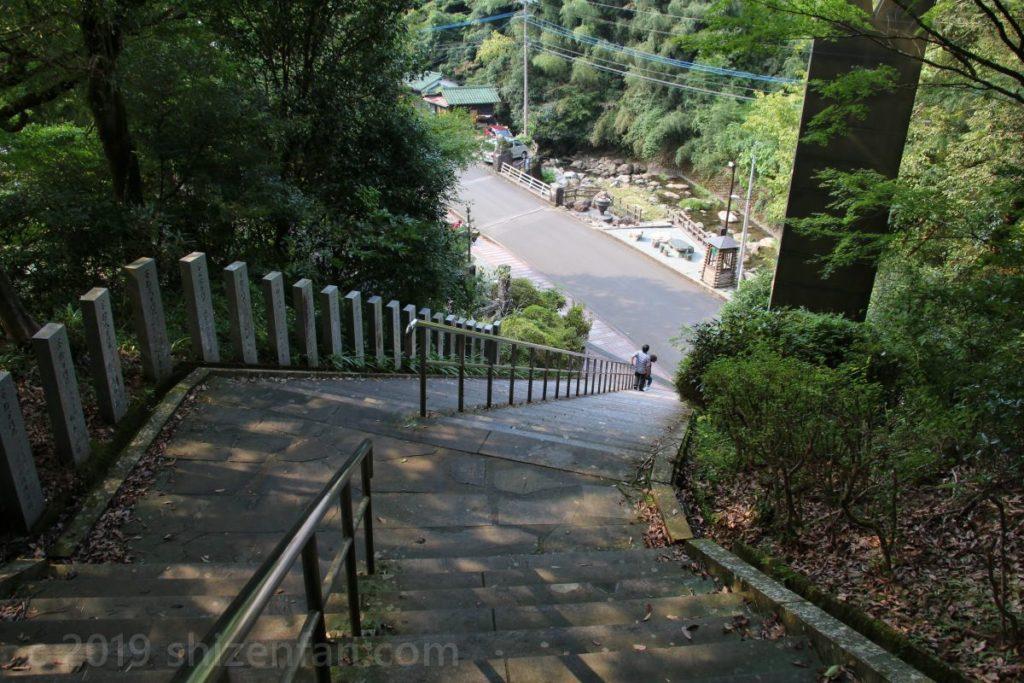 日本一の石段(釈迦院御坂遊歩道)麓付近の石段の様子