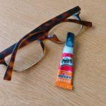 接着剤で眼鏡のつる(丁番)修理
