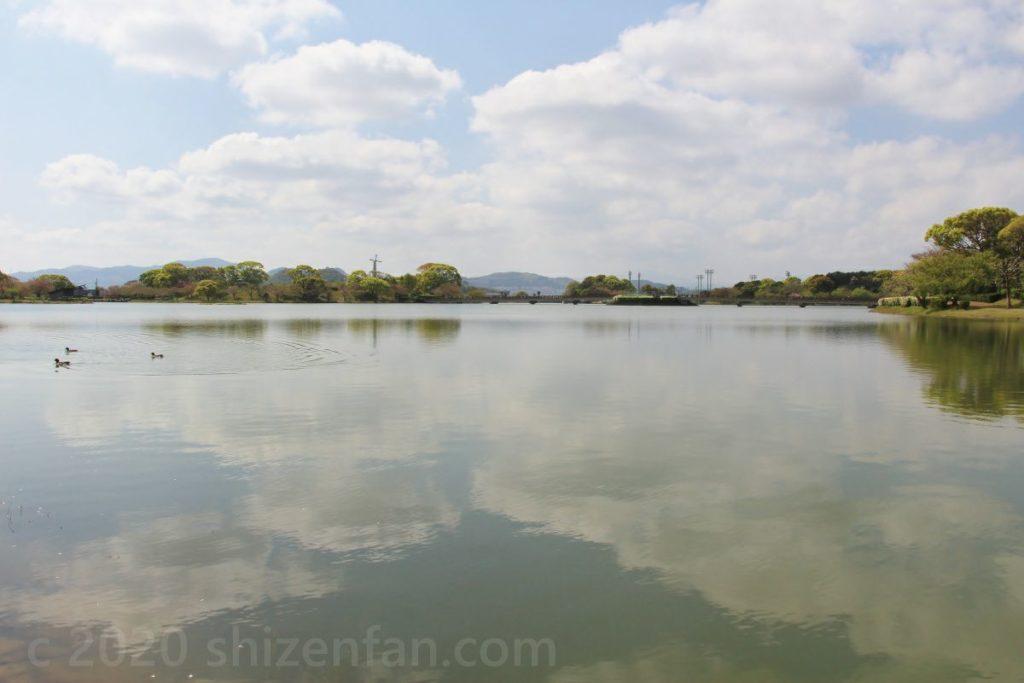 駕与丁池と湖面に写る雲
