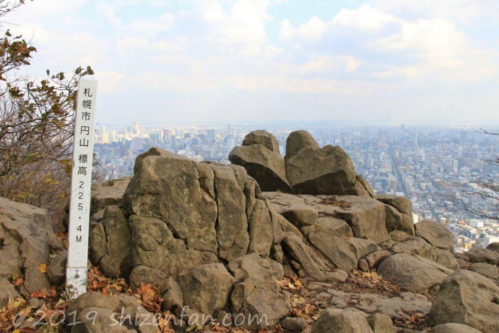 秋の札幌円山頂上の岩