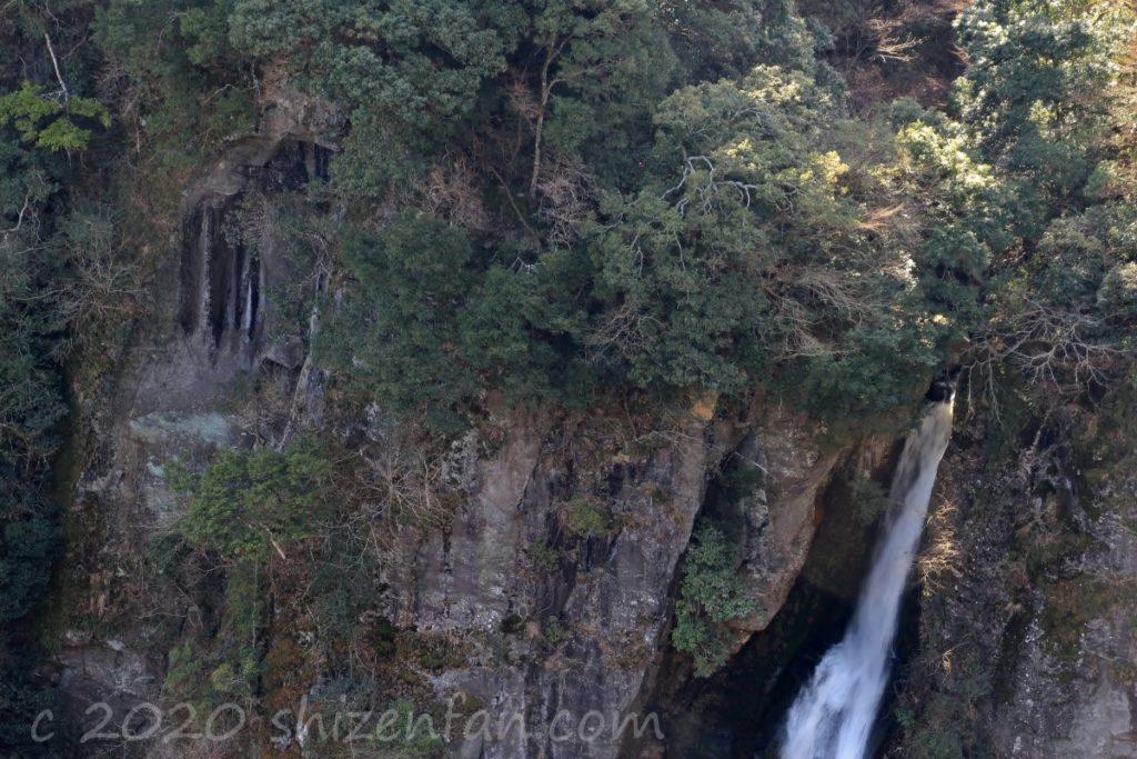 西椎屋の滝(上部岩肌のアップ)