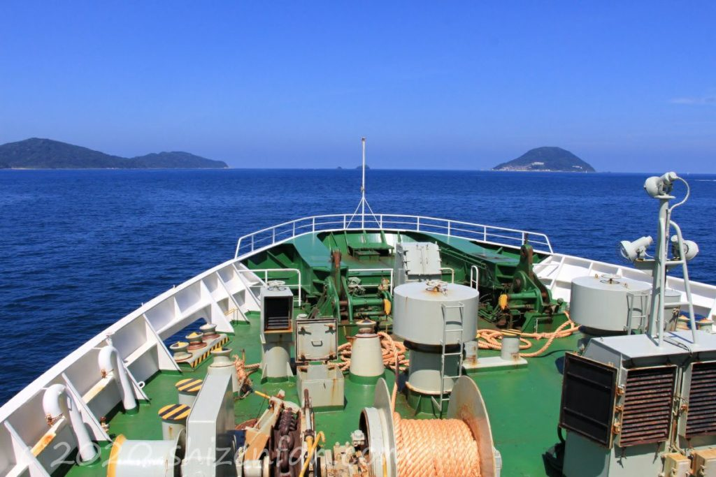 フェリーちくし1階前方デッキからの眺め(糸島半島と玄海島)