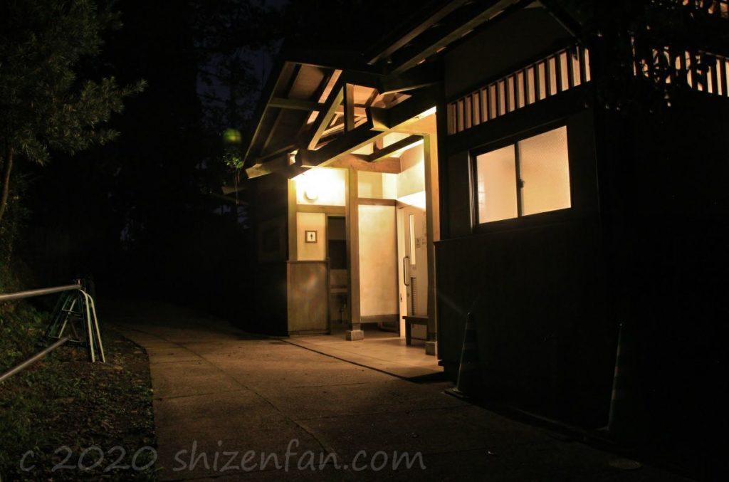 熊本・金峰山の頂上付近にある公衆トイレの外観(夜)