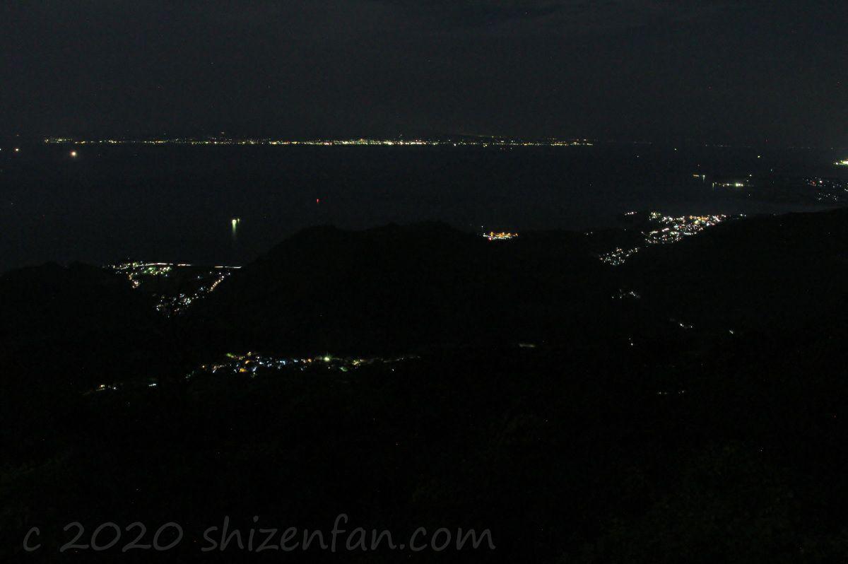 熊本・金峰山の頂上から望む有明海・島原半島側の夜景