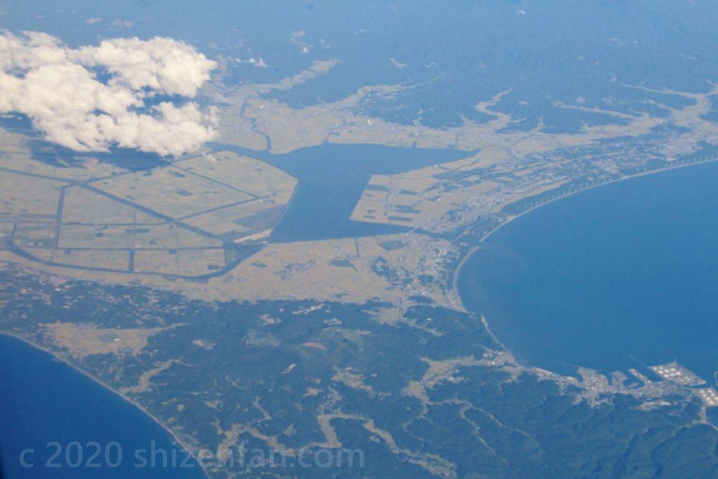 飛行機から撮影した八郎潟と男鹿半島の付け根付近