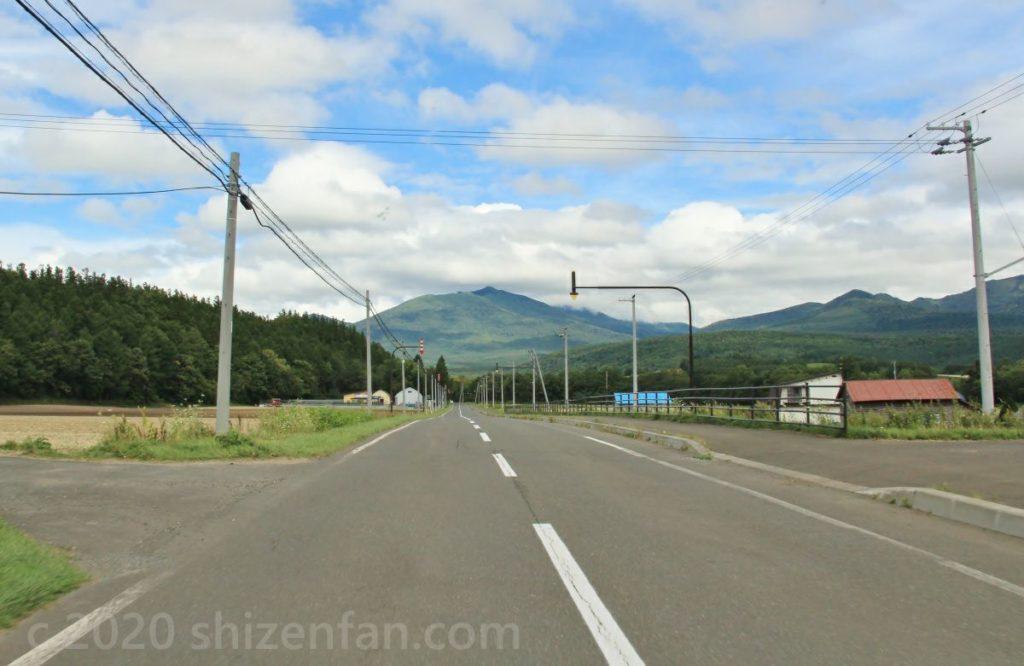 麓郷付近の道道にて。正面に富良野岳