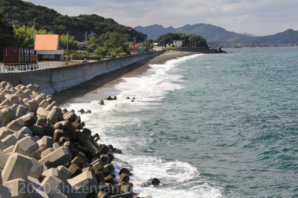 史跡 大須川口御番所跡東のある駐車場より、県道11号沿いの海岸の景色(鳴門市)