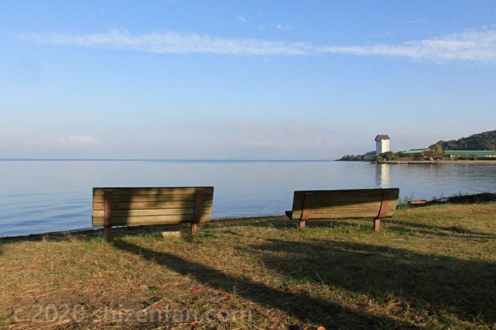 彦根・松原水泳場に設置された2脚のベンチ