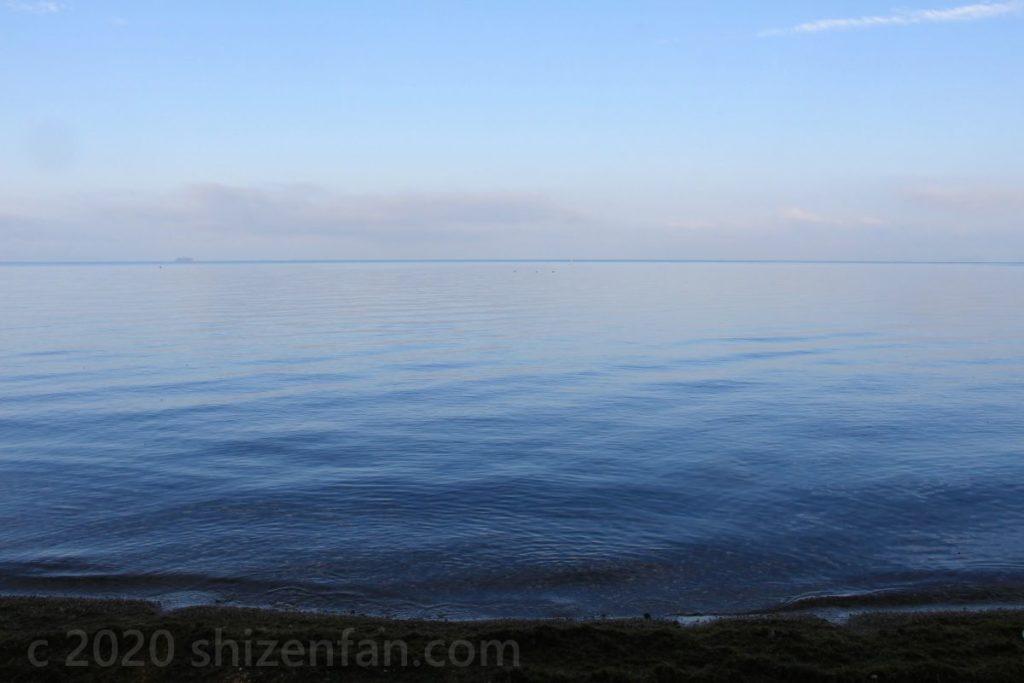 朝の琵琶湖湖面
