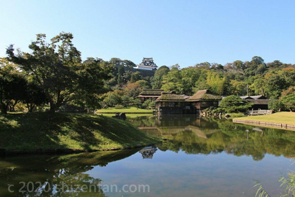 快晴時の玄宮園の全景 背景に彦根城