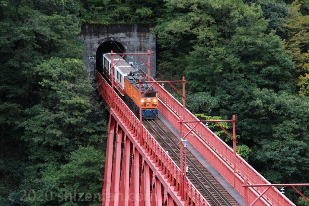 黒部峡谷鉄道の新山彦橋を走るトロッコ列車