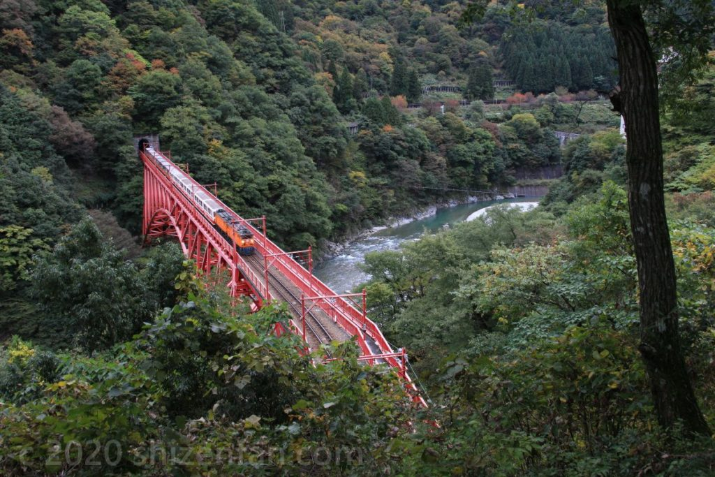 やまびこ展望台より 黒部峡谷鉄道新山彦橋を走り抜けるオレンジの汽車