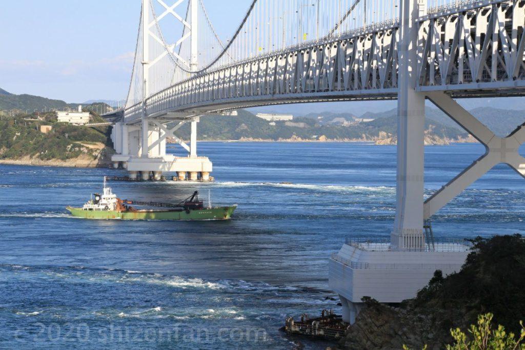 大鳴門橋の下をすすむ一隻の小さなタンカー船(千畳敷)