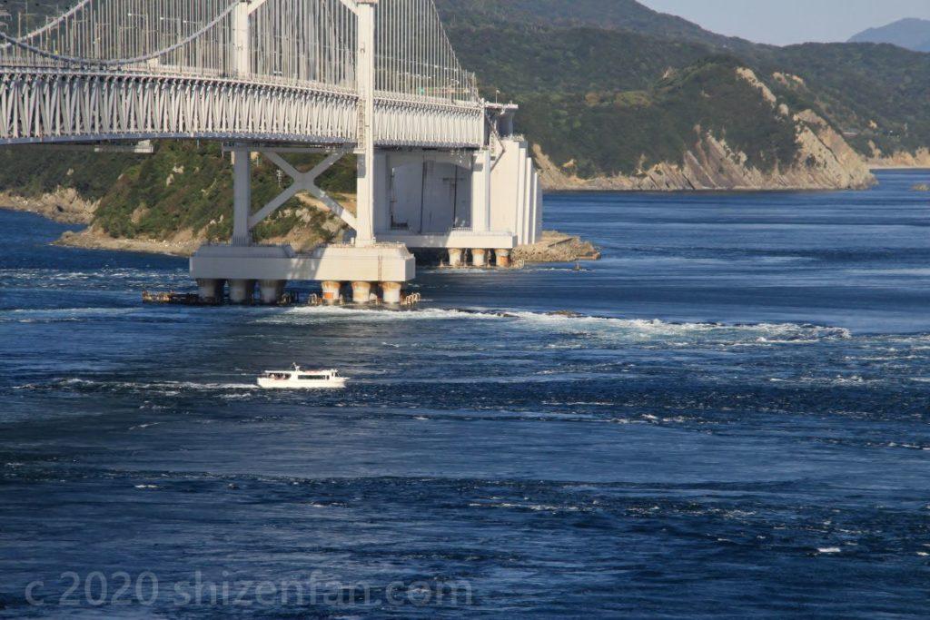 大鳴門橋の下をいくクルーズ船