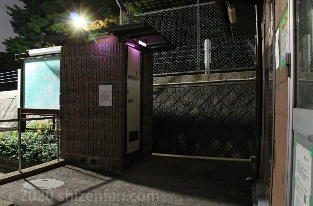 東六甲展望台の夜間トイレ外観