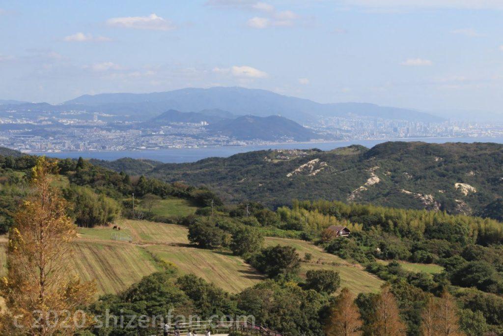 あわじ花さじきから望む六甲山と神戸市