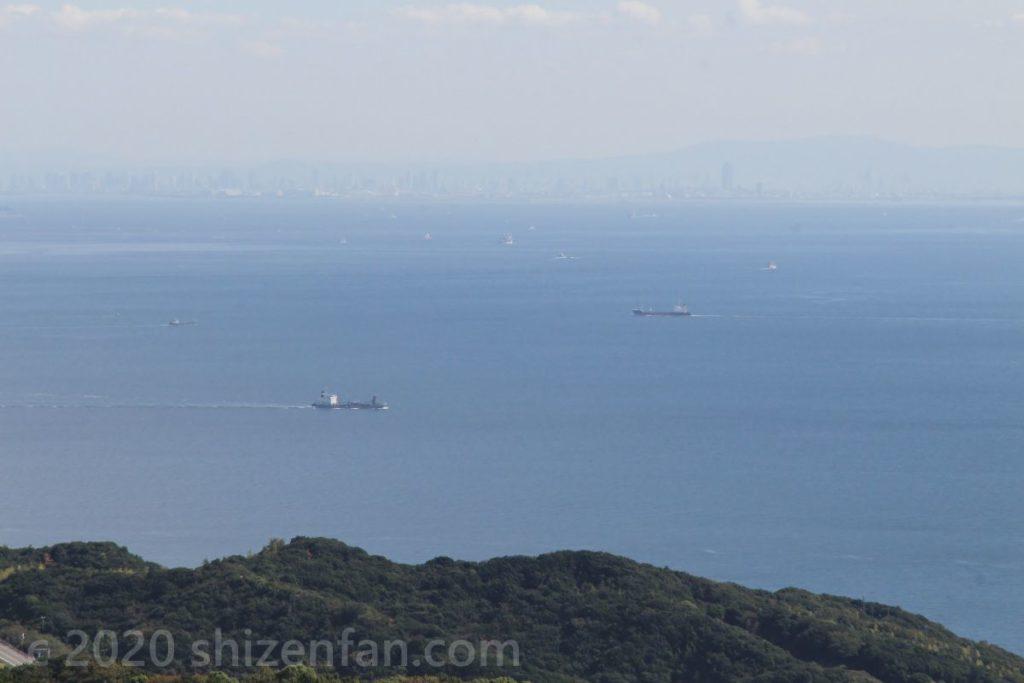 あわじ花さじきから望む大阪方面 海に浮かぶ数隻の船
