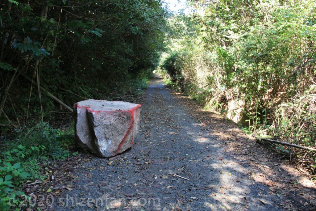 淡路島「あわじ石の寝屋緑地」近くの細い道に置かれた大きな岩