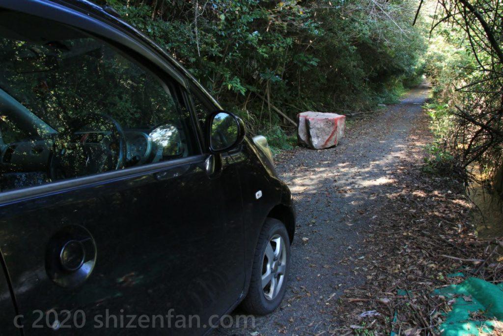 淡路島「あわじ石の寝屋緑地」近くの細い道と大きな落石を前に立ち往生する黒い車