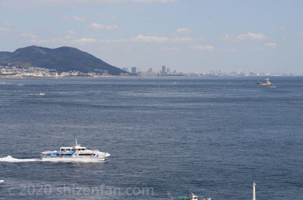 淡路島側から明石海峡越しに望む神戸市