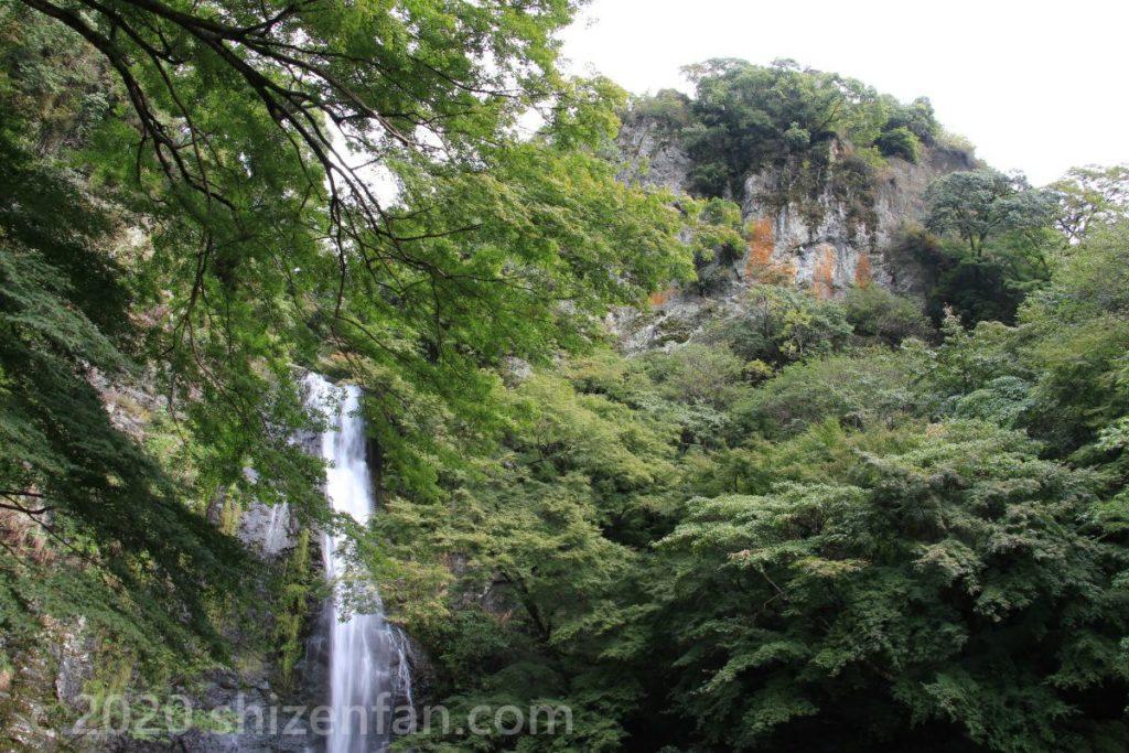 箕面大滝上部と岩