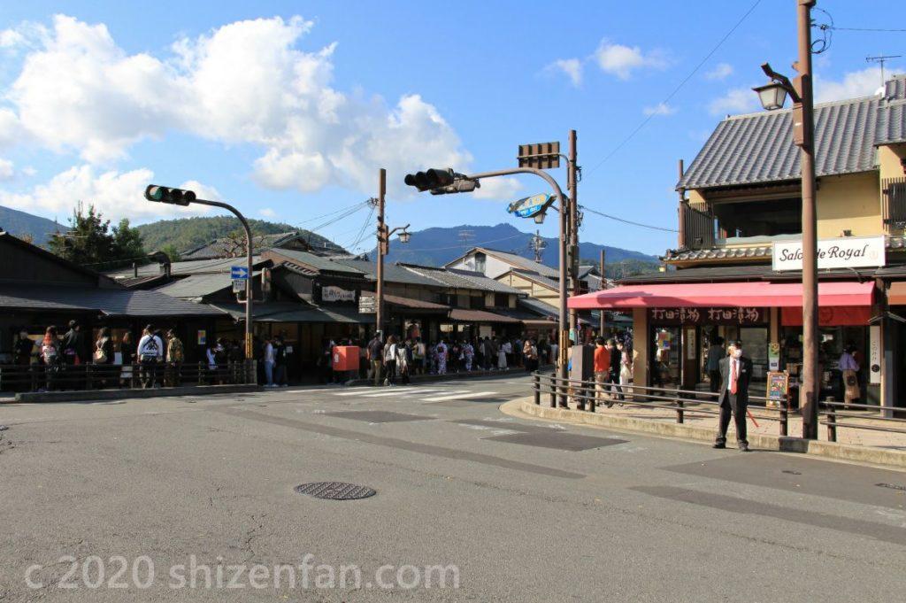 京都嵐山・渡月橋前の交差点