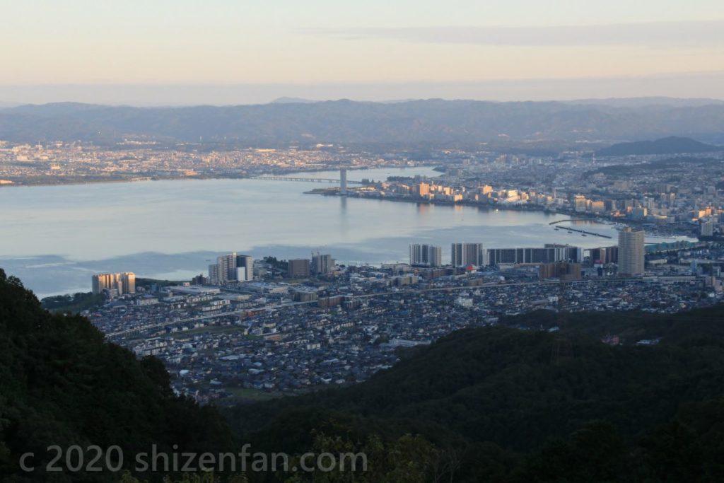 比叡山ドライブウェイ・夢見が丘展望台から望む夕方の琵琶湖南部・大津