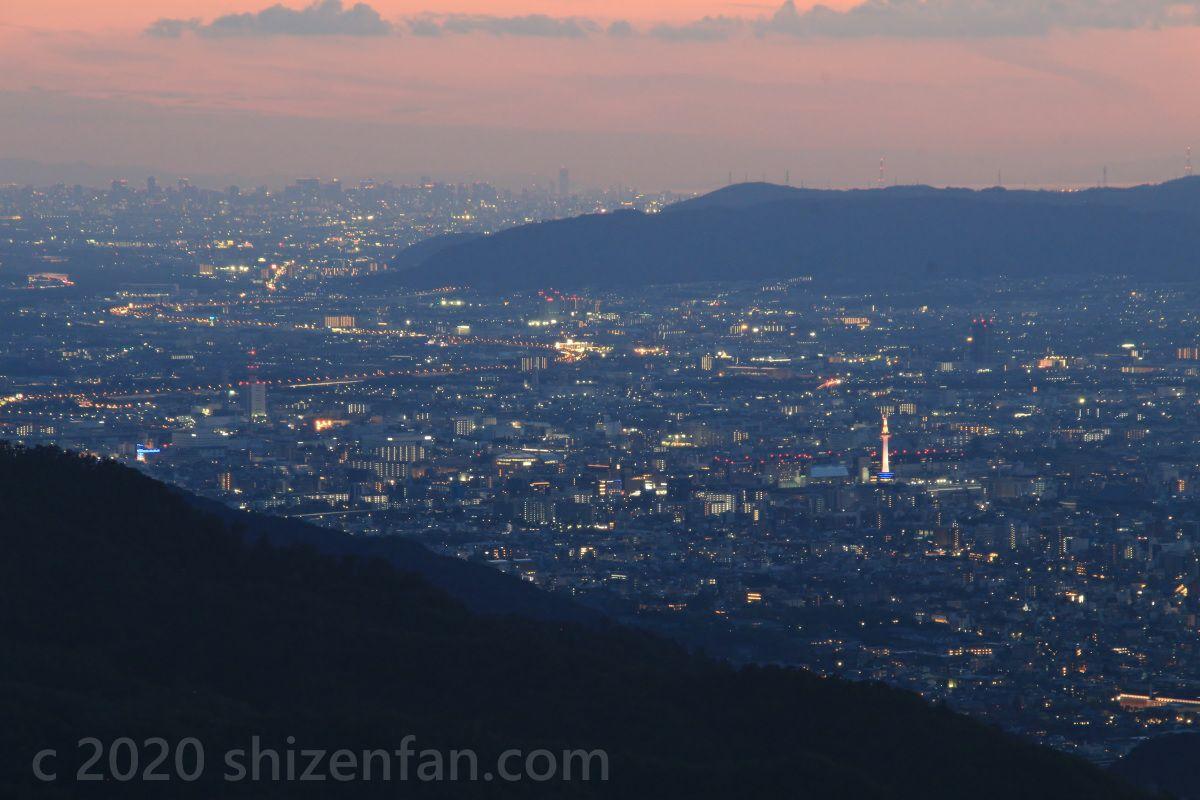 比叡山ドライブウェイ・登仙台より、日没直後の京都タワーと大阪