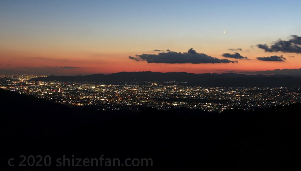 比叡山ドライブウェイ・登仙台駐車場から望む、夕暮れの京都盆地