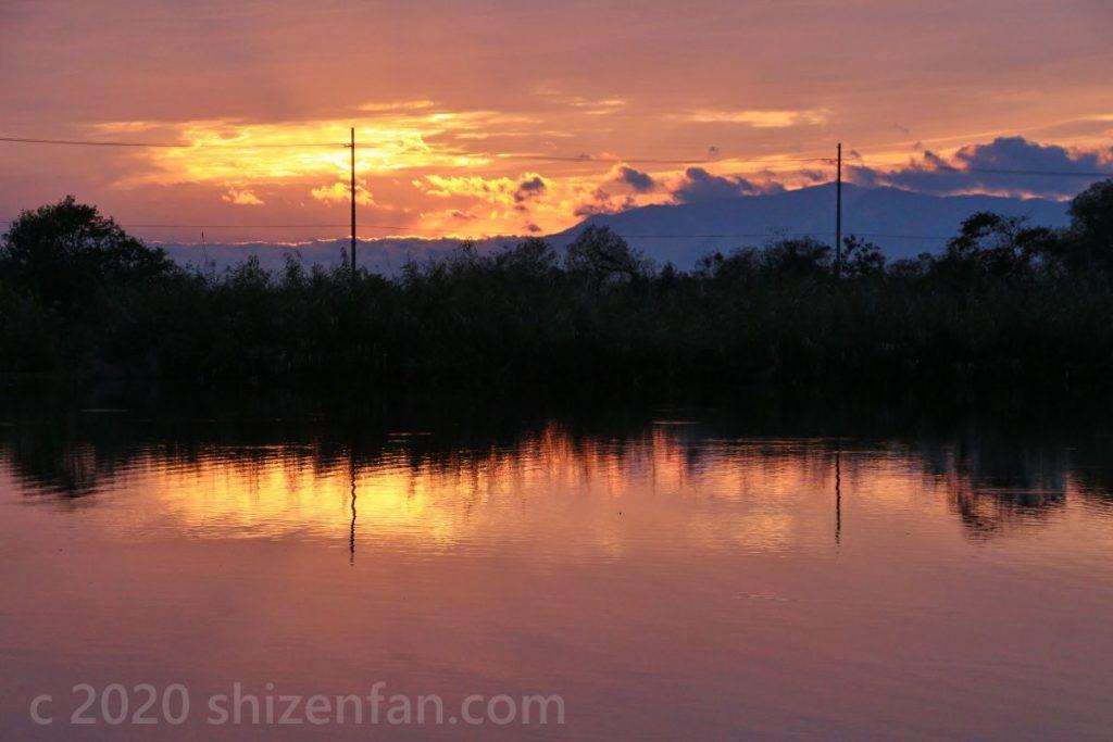 夕日に染まる曽根沼