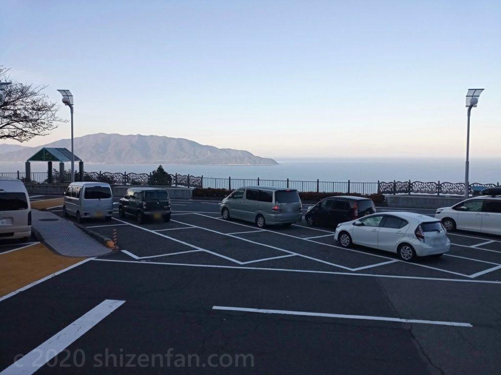 道の駅河野の駐車場と敦賀半島の絶景